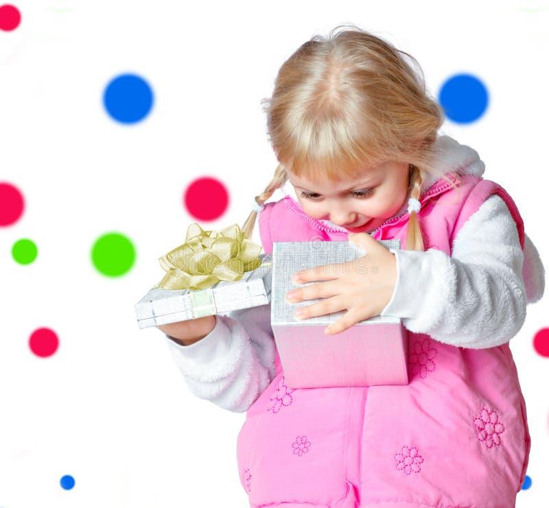 Petite fille tenant une boîte avec un cadeau photos libres de droits