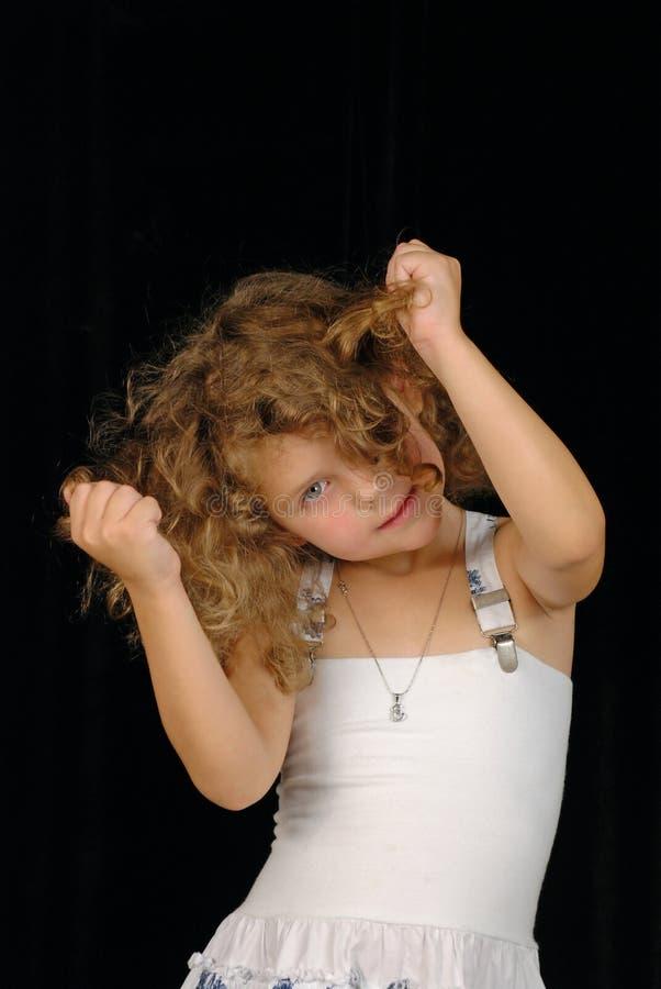 Petite fille tirant le cheveu photographie stock