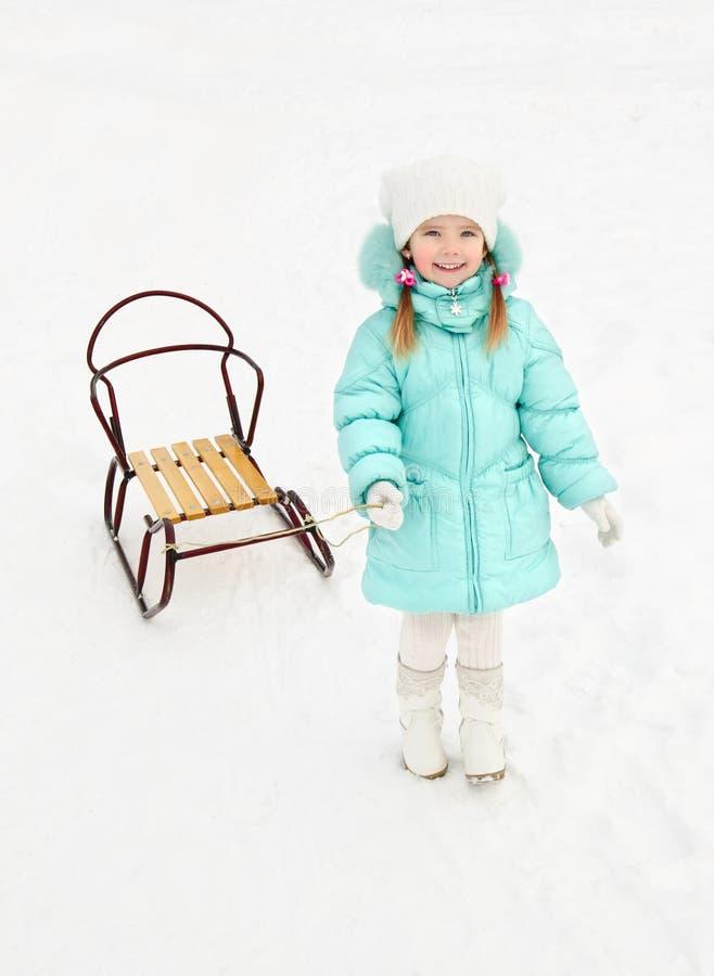 Petite fille tirant son étrier dans le jour d'hiver image libre de droits