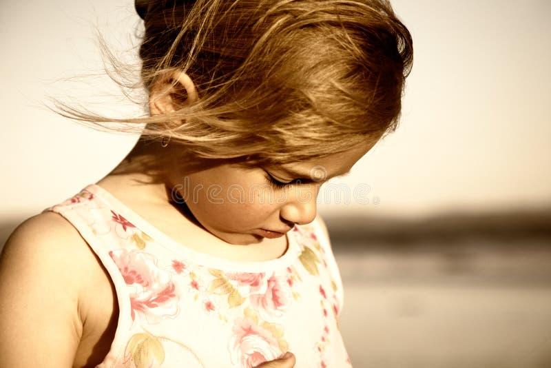Petite fille triste à la plage images libres de droits