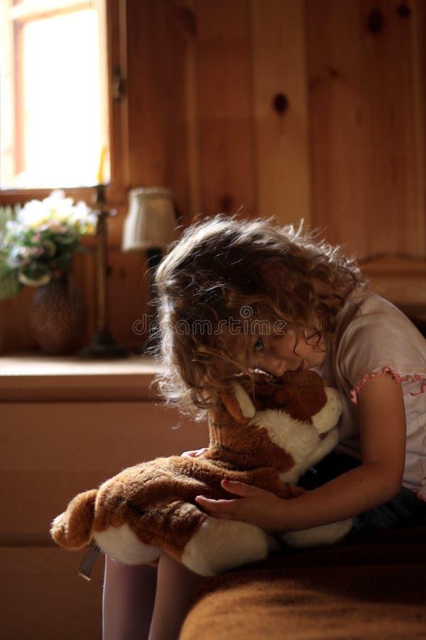 Petite fille triste étreignant l'ours de nounours photo libre de droits