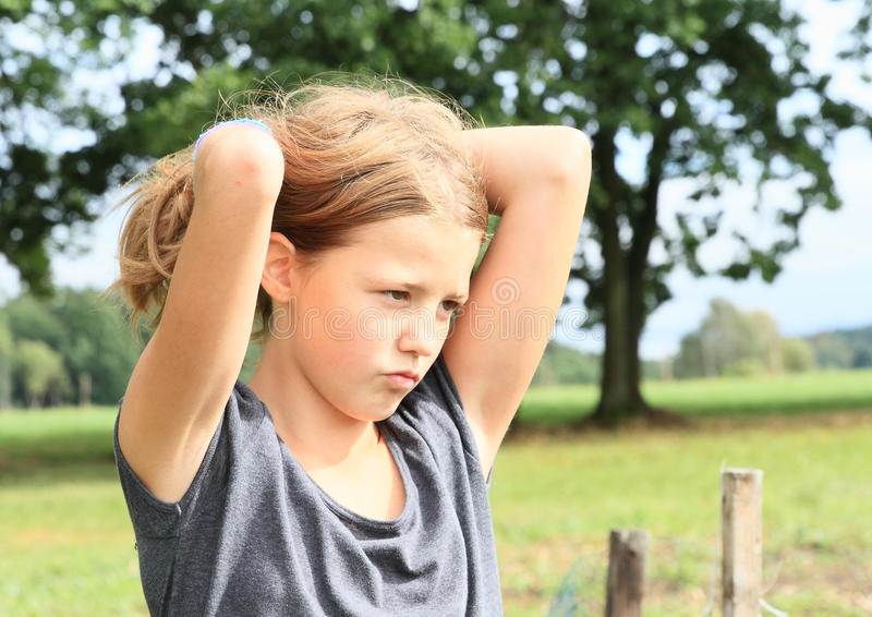 Petite fille triste images stock