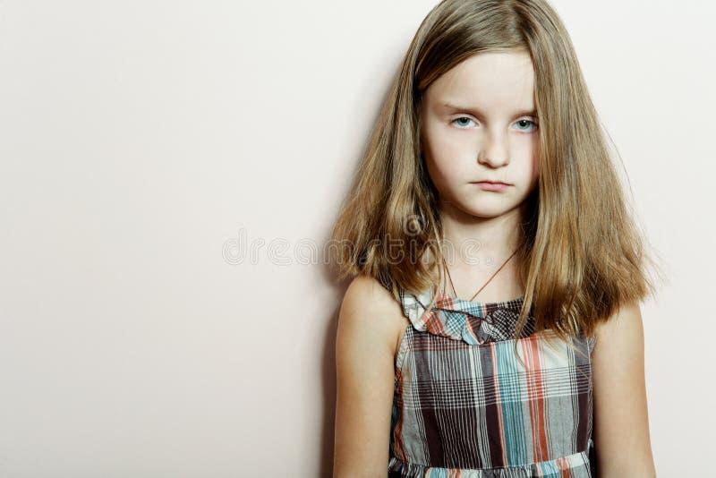 Petite fille triste avec le long cheveu blond. images stock