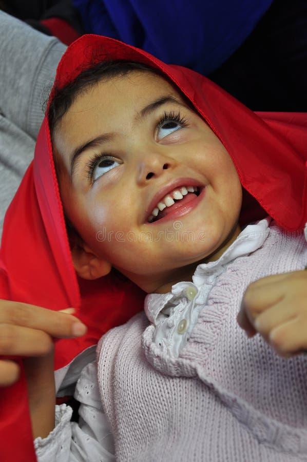 Petite fille tunisienne adorable avec le sourire d'indicateur images stock