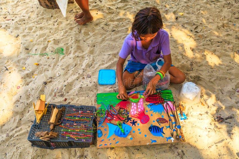 Petite fille tzigane vendant des colliers photos stock