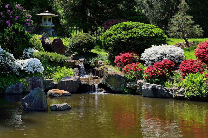 petite fontaine de chute de l 39 eau dans le jardin japonais. Black Bedroom Furniture Sets. Home Design Ideas
