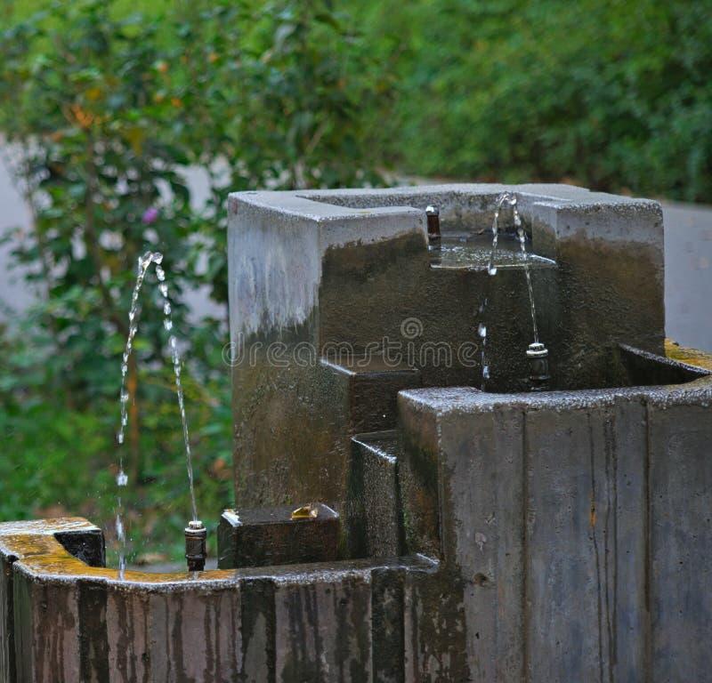 Petite fontaine pour l'eau potable en parc photographie stock