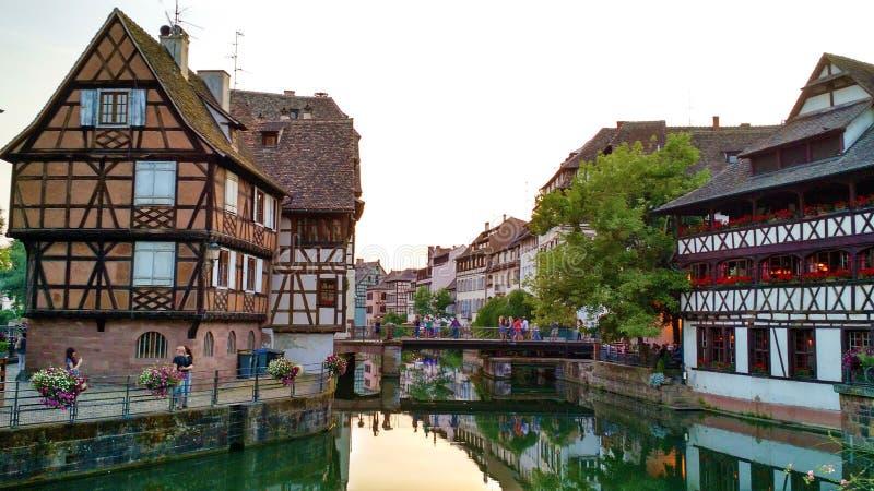Petite France byggnader och reflexion royaltyfri foto