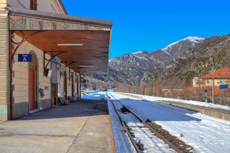 Petite gare ferroviaire dans les Alpes. photos libres de droits