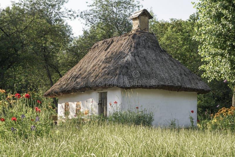 Petite hutte en nature pendant le ressort image stock