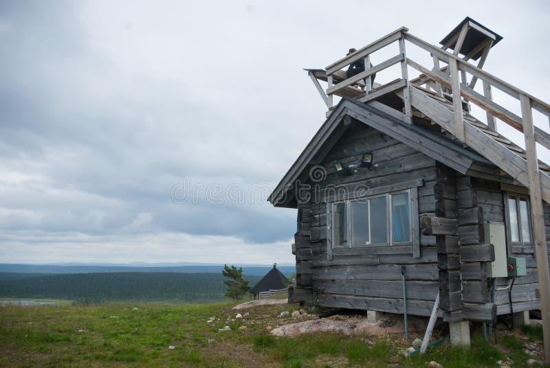 Petite hutte mais vue large au-dessus des fjelds photographie stock libre de droits