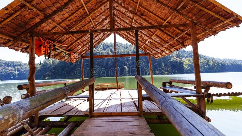 Petite hutte sur le radeau en bambou dans le lac et le camping avec le pin photographie stock