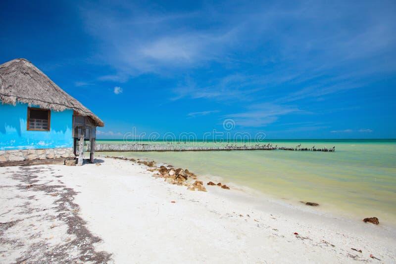 Petite maison colorée à la plage images libres de droits