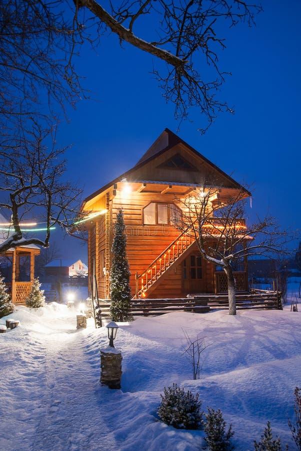 Petite maison de conte de fées près de station de sports d'hiver célèbre de Bukovel, Carpathia images libres de droits