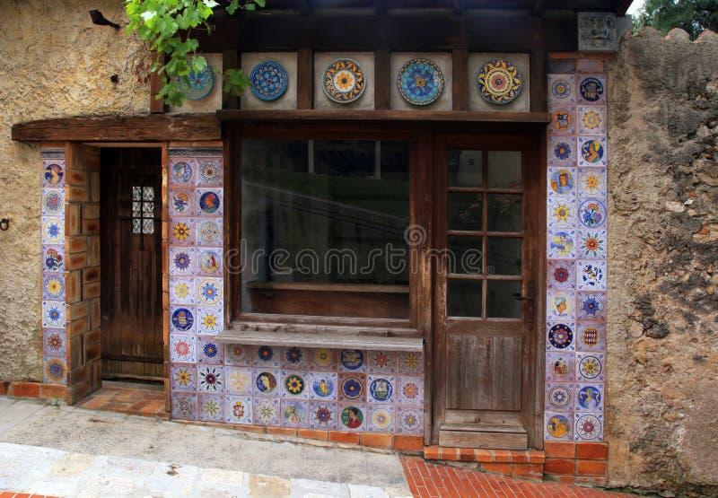 Petite maison de vintage avec le décor de tuile de majolique photographie stock libre de droits
