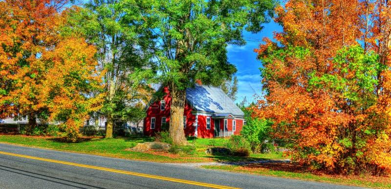 Petite maison du 18ème siècle entourée par le beau coloré du feuillage d'automne HDR de VT photo stock