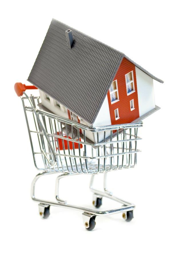 Petite maison miniature dans un chariot photographie stock libre de droits