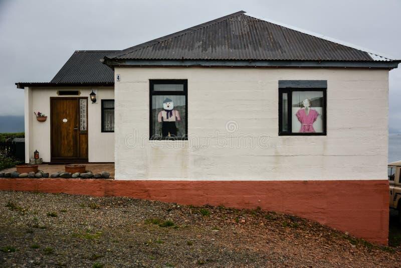Petite maison ou cabine islandaise typique avec des décors d'amusement l'été images stock