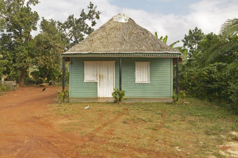 Petite maison verte avec le toit couvert de chaume en bières anglaises de ½ de ¿ de Valle de Viï, au Cuba central images libres de droits