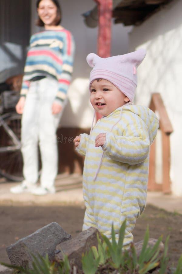 Petite marche heureuse d'enfant photographie stock libre de droits