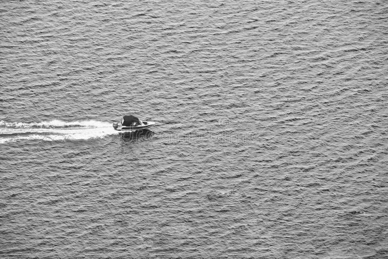 Petite navigation d'embarcation de plaisance sur la rivière images stock