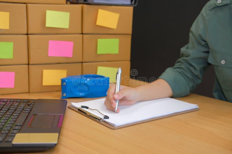 petite note de démarrage d'écriture d'entrepreneur vendeur d'homme travaillant à images stock
