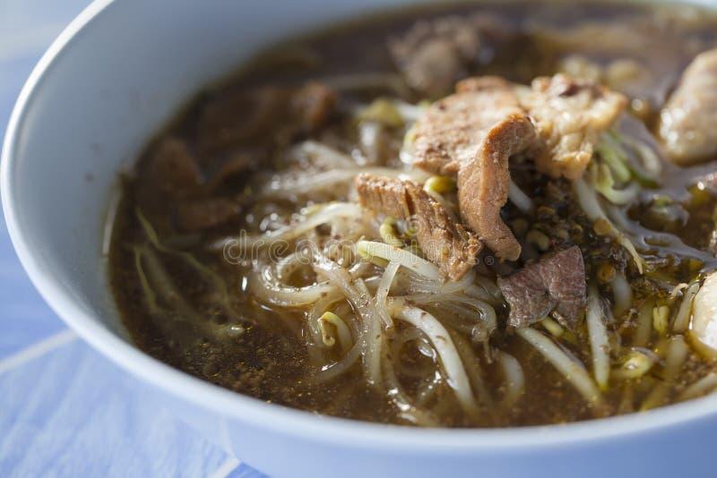 Petite nouille de riz en soupe épaisse avec du boeuf photographie stock