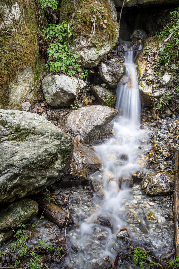 Petite partie de cascade de kanchenjunga en Himalaya photos stock