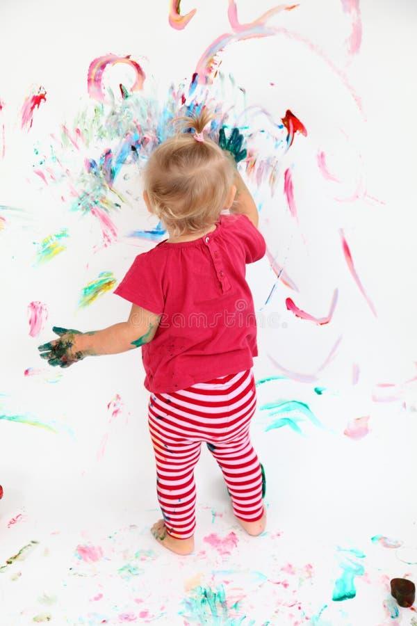Petite peinture de fille d'enfant en bas âge image libre de droits