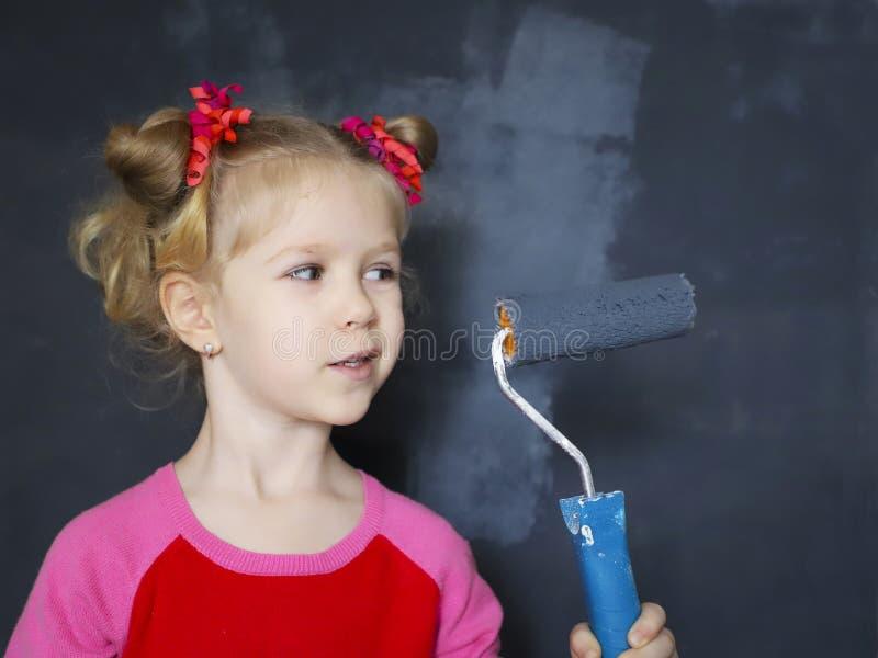 Petite peinture de sourire de fille le mur avec la peinture magnétique photo libre de droits