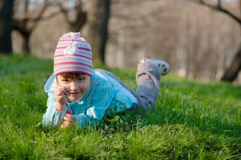 Petite petite fille de sourire à la forêt photo libre de droits