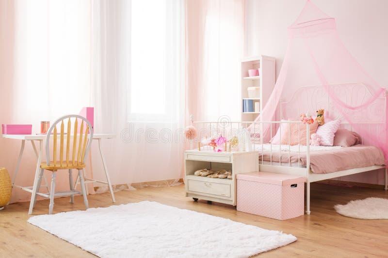 Petite pièce de princesse avec le lit photographie stock libre de droits