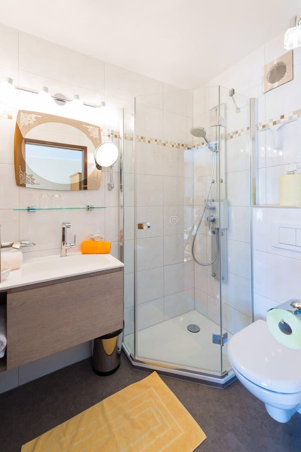 Petite pièce rurale de douche et de bain photographie stock libre de droits