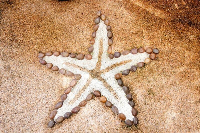 Petite pierre effectuée dans le type d'étoiles de mer image libre de droits