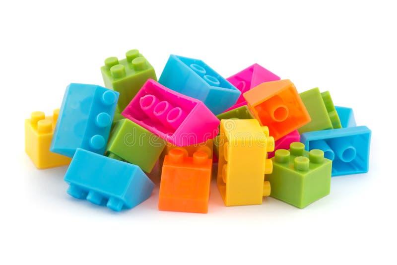 Petite pile des briques de la construction des enfants colorés photo stock