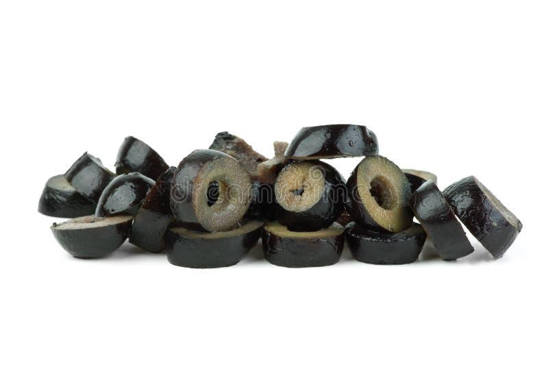 Petite pile des olives noires coupées en tranches images stock