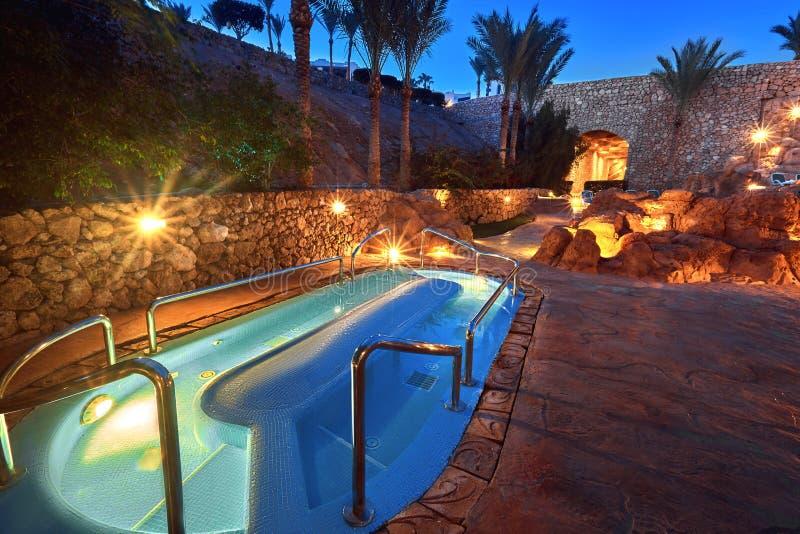 Petite piscine illuminée la nuit images libres de droits