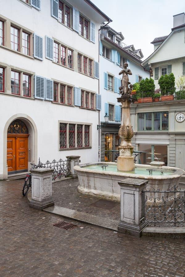 Petite place avec la fontaine dans la vieille ville de Zurich images stock