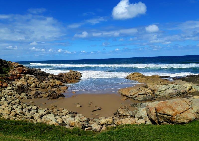 Petite plage avec l'océan bleu sous le ciel bleu photographie stock