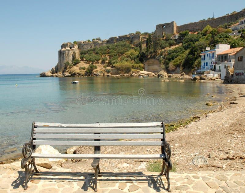 Petite plage avec le banc isolé en Grèce photographie stock