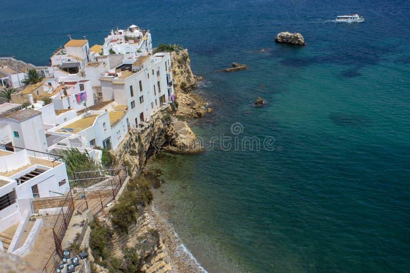 Petite plage dans la ville d'Evissa photos stock