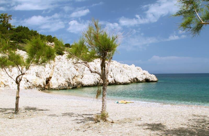 Petite plage de bardeau en Rhodes photos stock