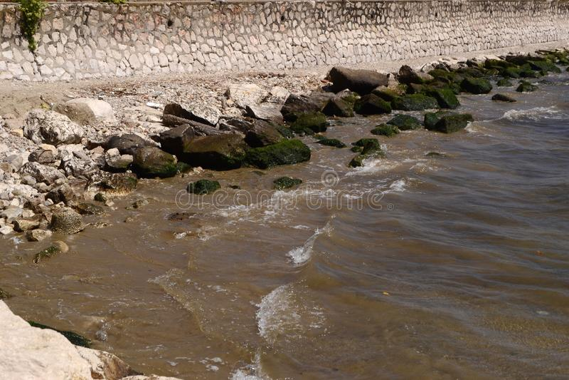 petite plage rocheuse dans Formia images stock