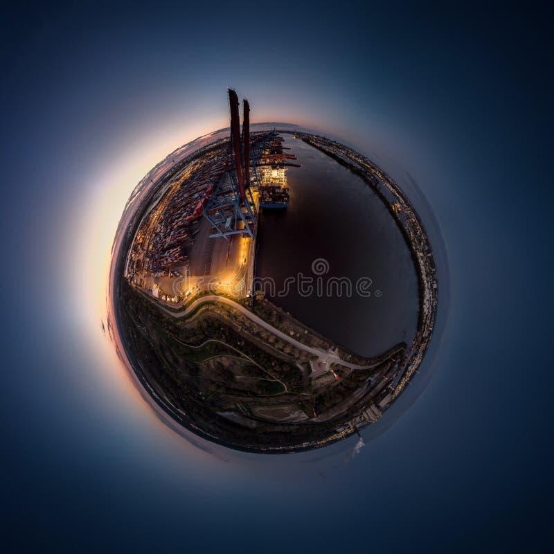 Petite planète d'un terminal de conteneur dans le port de Hambourg photo stock