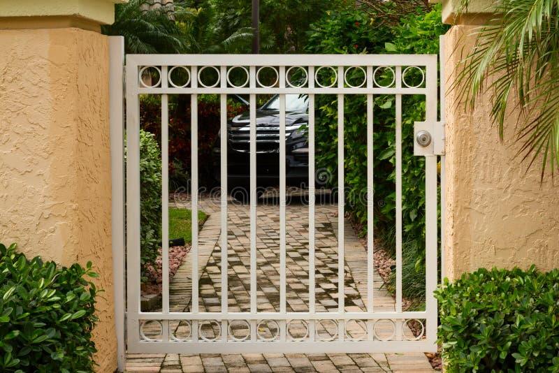 Petite Porte En Métal De Jardin Photo stock - Image du voie, trappe ...