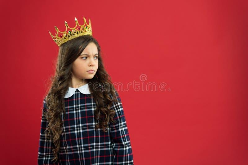 Petite princesse de Madame Fond rouge de couronne d'usage de fille Concept de la famille de monarque Façons de princesse Attribut photographie stock