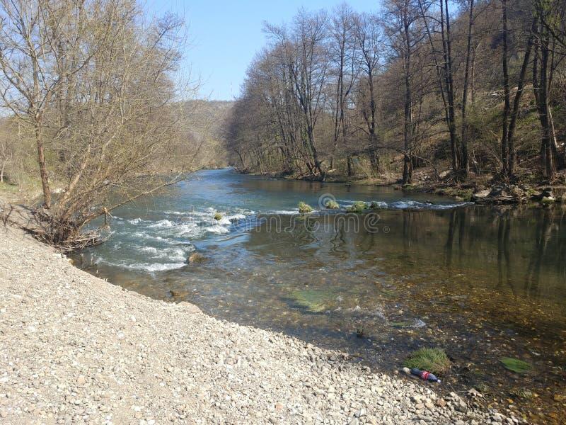 Petite rivière avec petites cascades images libres de droits