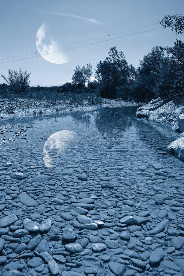 Petite rivière pendant la nuit images stock