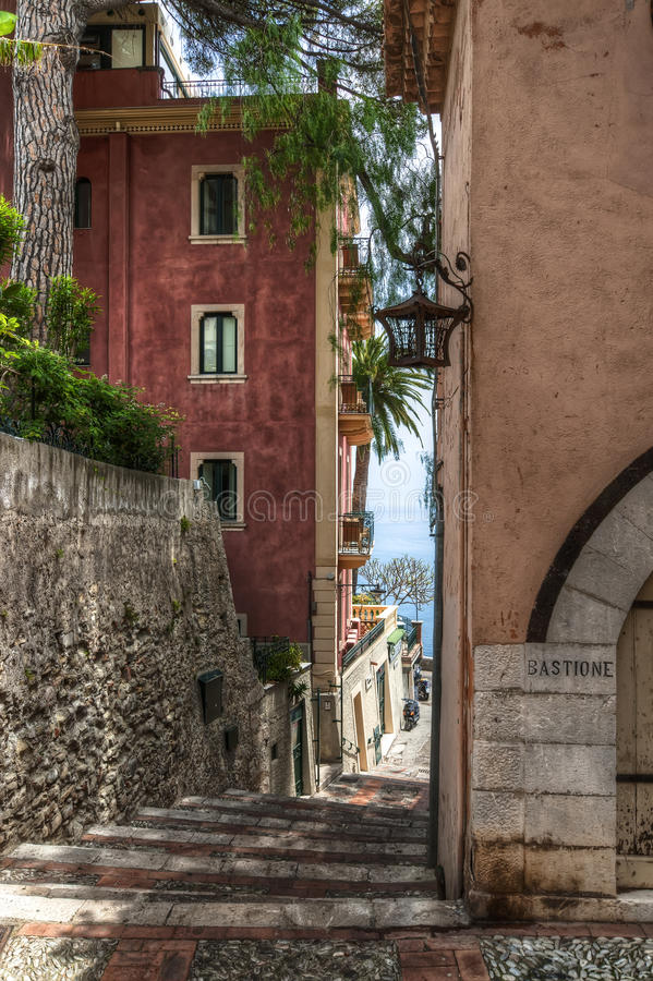 Petite rue étroite, Taormina photos libres de droits