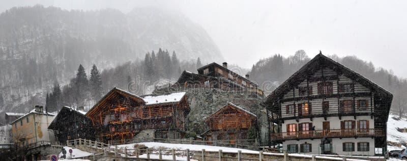 Petite rue alpine de ville avec les maisons typiques images stock